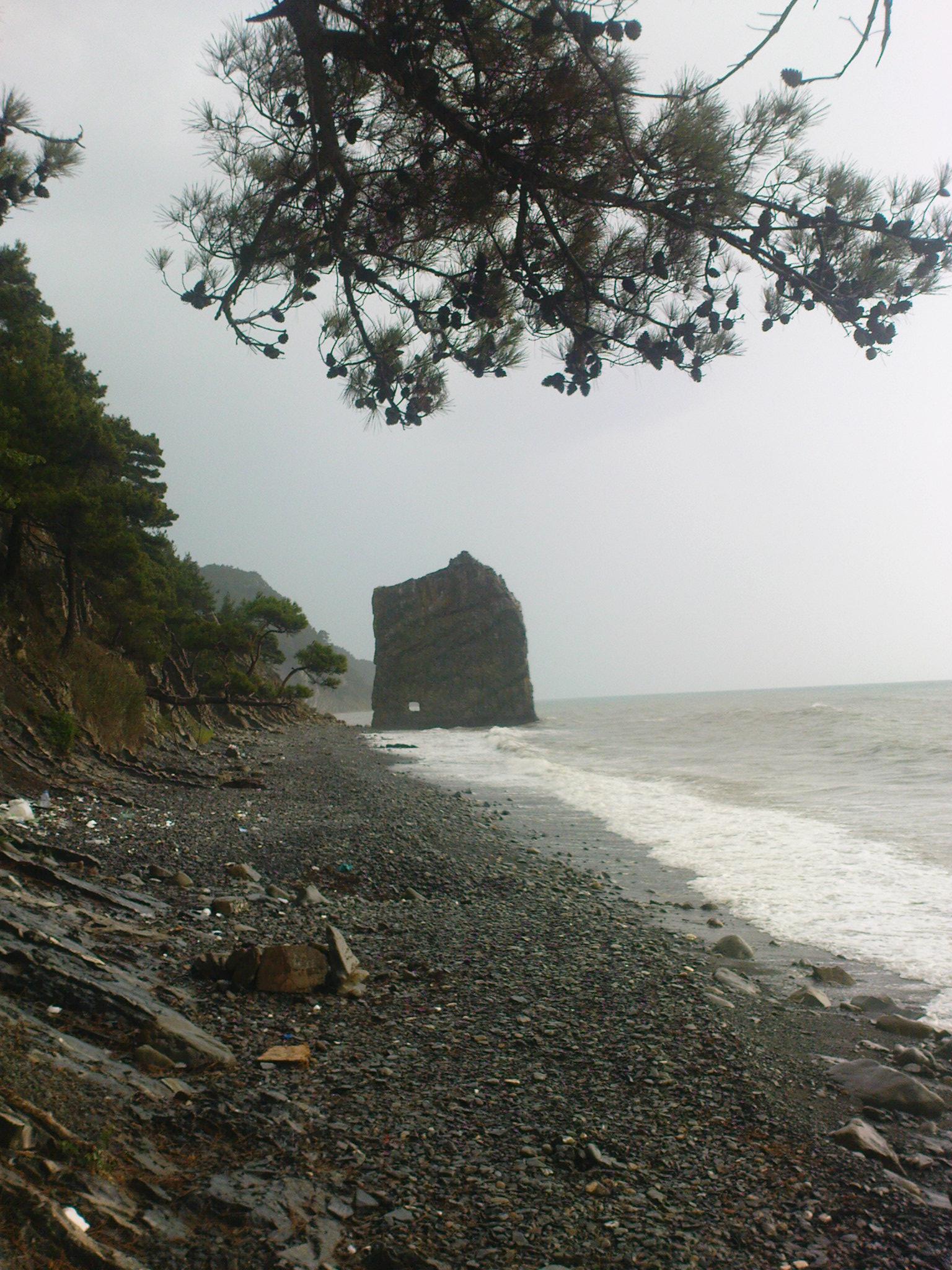 скала парус недалеко от центрального пляжа в Прасковеевке